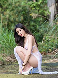 Desktop hintergrundbilder Asiaten Sitzen Kleid Blick Mädchens
