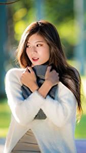 Fotos Asiaten Hand Unscharfer Hintergrund Schal Haar Nett junge Frauen