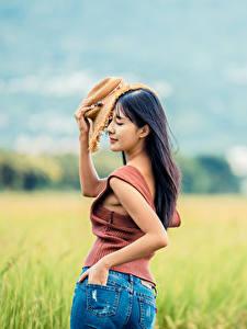 Fotos Acker Asiaten Unscharfer Hintergrund Hinten Jeans Hand Unterhemd Der Hut junge frau