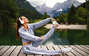 Hintergrundbilder Fitness Kopfhörer Braunhaarige Trainieren Bein Mädchens