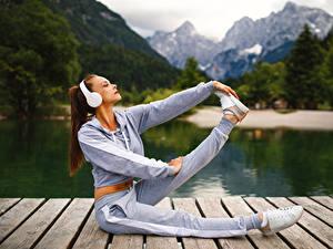 Hintergrundbilder Fitness Kopfhörer Braunhaarige Trainieren Bein sportliches Mädchens