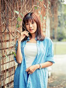 Hintergrundbilder Asiatisches Unscharfer Hintergrund Hand Hemd Braunhaarige Starren