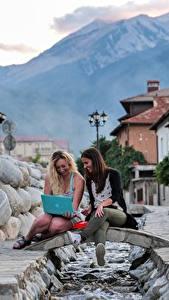 Desktop hintergrundbilder Brücken Bokeh Straßenlaterne 2 Blondine Notebook Sitzend Bäche Lachen junge Frauen