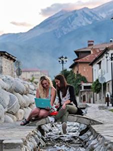 Hintergrundbilder Brücken Bokeh Straßenlaterne 2 Blondine Notebook Sitzend Bäche Lachen junge Frauen