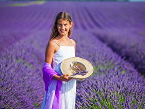 Hintergrundbilder Felder Lavendel Kleine Mädchen Lächeln Der Hut kind