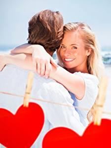 Papel de Parede Desktop Casais apaixonados Dia dos Namorados Coração Sorrir Prendedor de roupas Cabelo loiro Meninas jovem mulher