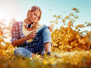 Bilder Herbst Sitzend Kopfhörer Buch Mädchens