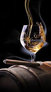 Bilder Alkoholische Getränke Whiskey Schwarzer Hintergrund Zigarre Weinglas Rauch Lebensmittel