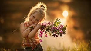 Hintergrundbilder Sträuße Glockenblumen Kleine Mädchen Süß Kinder