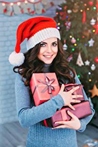 Hintergrundbilder Neujahr Braunhaarige Geschenke Lächeln Blick Mädchens