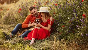 Bilder Mann Hunde 2 Sitzen Der Hut Kleid Lächeln junge Frauen