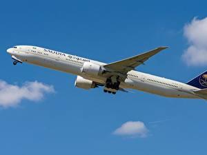 Fotos Verkehrsflugzeug Boeing Seitlich Saudi Arabian Airlines, 777-300ER