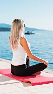 Hintergrundbilder Meer Lotussitz Waterfront Joga Sitzt Blondine Brille