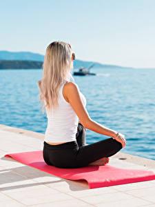 Hintergrundbilder Meer Lotussitz Waterfront Joga Sitzt Blondine Brille junge frau