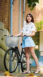 Bilder Asiaten Unscharfer Hintergrund Posiert Fahrräder Braune Haare Bein junge frau