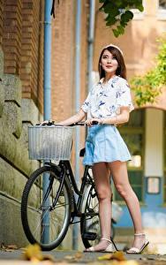 Desktop hintergrundbilder Asiaten Unscharfer Hintergrund Posiert Fahrräder Braune Haare Bein junge frau