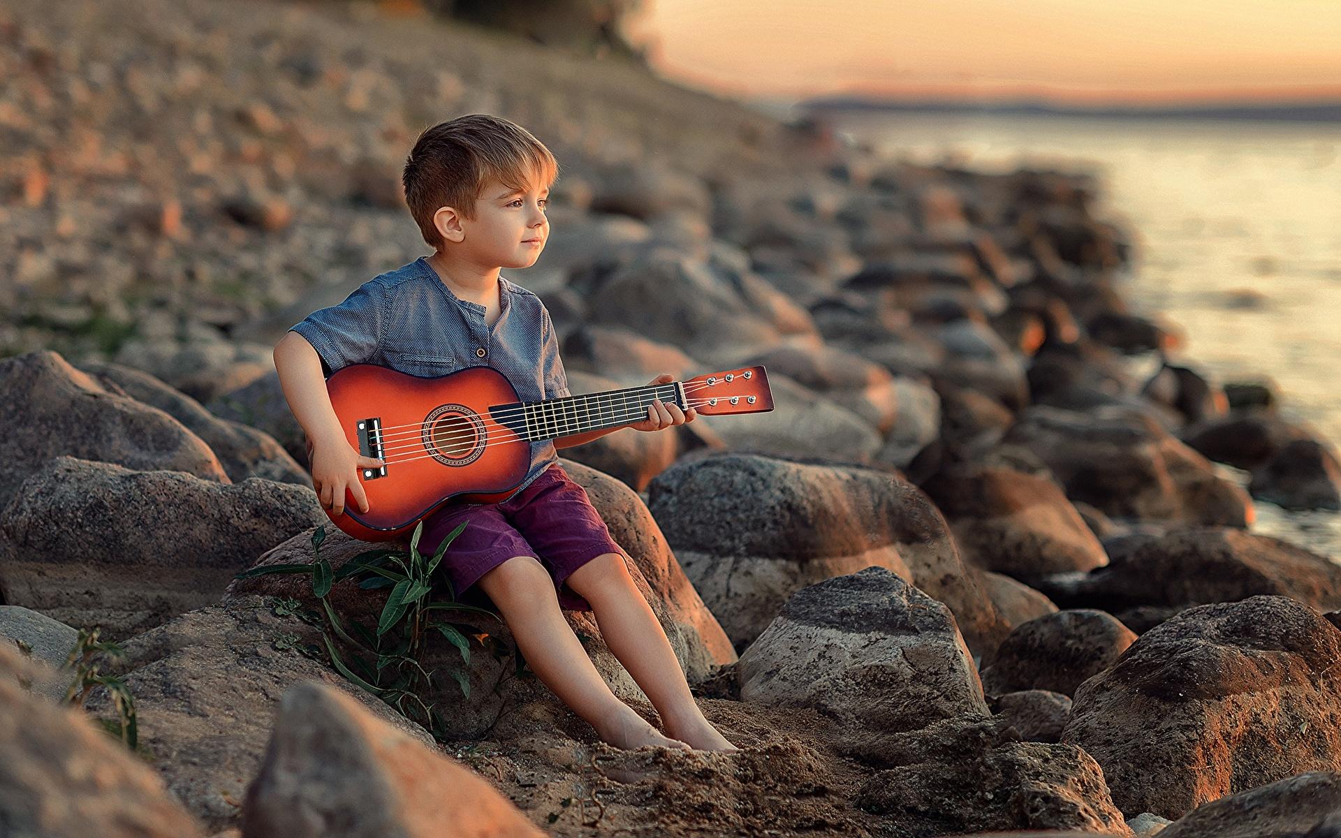 Fotos von Junge Gitarre Victoria Dubrovskaya Kinder Steine Sitzend 1920x1200