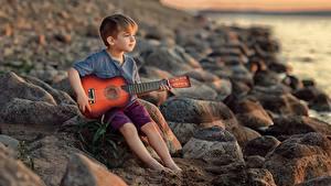 Hintergrundbilder Steine Junge Sitzend Gitarre Victoria Dubrovskaya Kinder