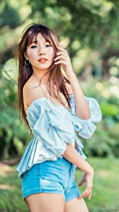 Desktop hintergrundbilder Asiatische Pose Blick Shorts Bluse Bokeh junge Frauen