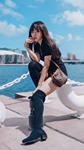 Desktop hintergrundbilder Asiatische Waterfront Sitzt Bein Blick Mädchens