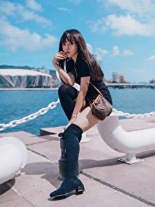 Hintergrundbilder Asiatische Waterfront Sitzt Bein Blick Mädchens