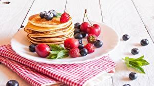 Bilder Eierkuchen Beere Heidelbeeren Teller Lebensmittel