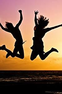 Fotos Sonnenaufgänge und Sonnenuntergänge Zwei Sprung Silhouette Sonne Mädchens