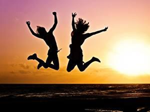 Fotos Morgendämmerung und Sonnenuntergang Zwei Sprung Silhouetten Sonne Mädchens