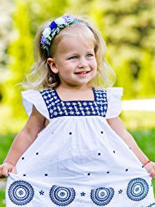 Fotos Kleine Mädchen Kleid Lächeln Kinder