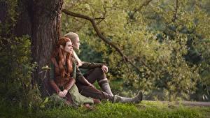 Bilder Elfe Mann Der Hobbit Sitzt Gras Baumstamm Cosplay Kerl Legolas Tauriel LuckyStrikeCosplay junge Frauen