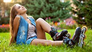 Bilder Rollschuh Dunkelbraun Sitzt Lächeln Gras Hübsch Mädchens