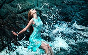 Hintergrundbilder Wasserwelle Braune Haare Kleid Ruhen
