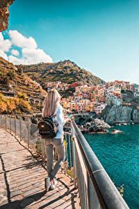 Hintergrundbilder Italien Küste Cinque Terre Park Ligurien Blondine Zaun Rucksack Reisender Manarola Mädchens