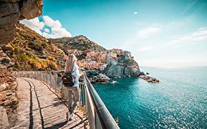Hintergrundbilder Italien Küste Cinque Terre Park Ligurien Blondine Zaun Rucksack Reisender Manarola