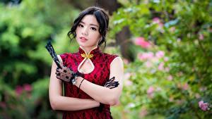 Bilder Asiatische Kleid Bokeh Hand Handschuh Brünette Süßes Blick Mädchens