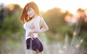 Hintergrundbilder Asiatisches Bokeh Brünette Blick Seitlich Pose Hand Shorts junge frau