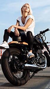 Bilder Blond Mädchen Motorradfahrer Hand Sitzend junge frau Motorrad