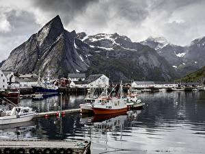 Bilder Norwegen Seebrücke See Gebirge Motorboot Felsen Reine, Lofoten Islands Natur