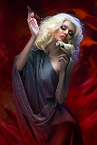 Fotos Lilien Schmetterling Blondine Schminke Hand Mädchens
