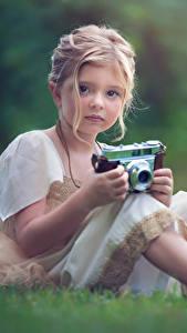 Bilder Kleine Mädchen Fotoapparat Nett Sitzend Dunkelbraun Kinder