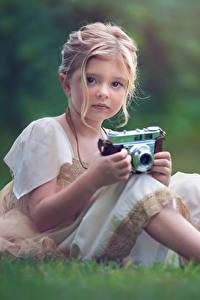 Bilder Kleine Mädchen Fotoapparat Niedlich Sitzend Dunkelbraun Kinder