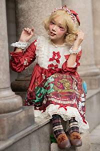 Hintergrundbilder Asiaten Blondine Sitzt Kleid Unscharfer Hintergrund