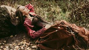 Bilder Braunhaarige Kleid Korsett Liegen junge frau