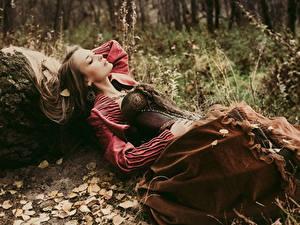 Bilder Braunhaarige Kleid Korsett Liegen Mädchens