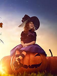 Bilder Halloween Kürbisse Abend Hexe Kleine Mädchen Der Hut Sitzend Lachen Kinder