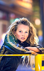 Hintergrundbilder Kleine Mädchen Blick Sitzend Tisch Süß Julia Altork Kinder