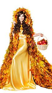 Hintergrundbilder Herbst Äpfel Weißer hintergrund Braune Haare Kleid Design Blattwerk Weidenkorb Mädchens
