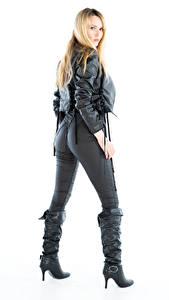 Fotos Carla Monaco Blond Mädchen Weißer hintergrund Posiert Stiefel Die Hose Jacke Starren