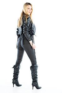 Fotos Carla Monaco Blond Mädchen Weißer hintergrund Posiert Stiefel Die Hose Jacke Starren junge frau