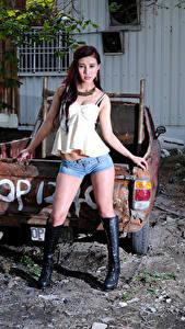 Desktop hintergrundbilder Asiatische Pose Shorts Bein Stiefel Unterhemd Blick Mädchens